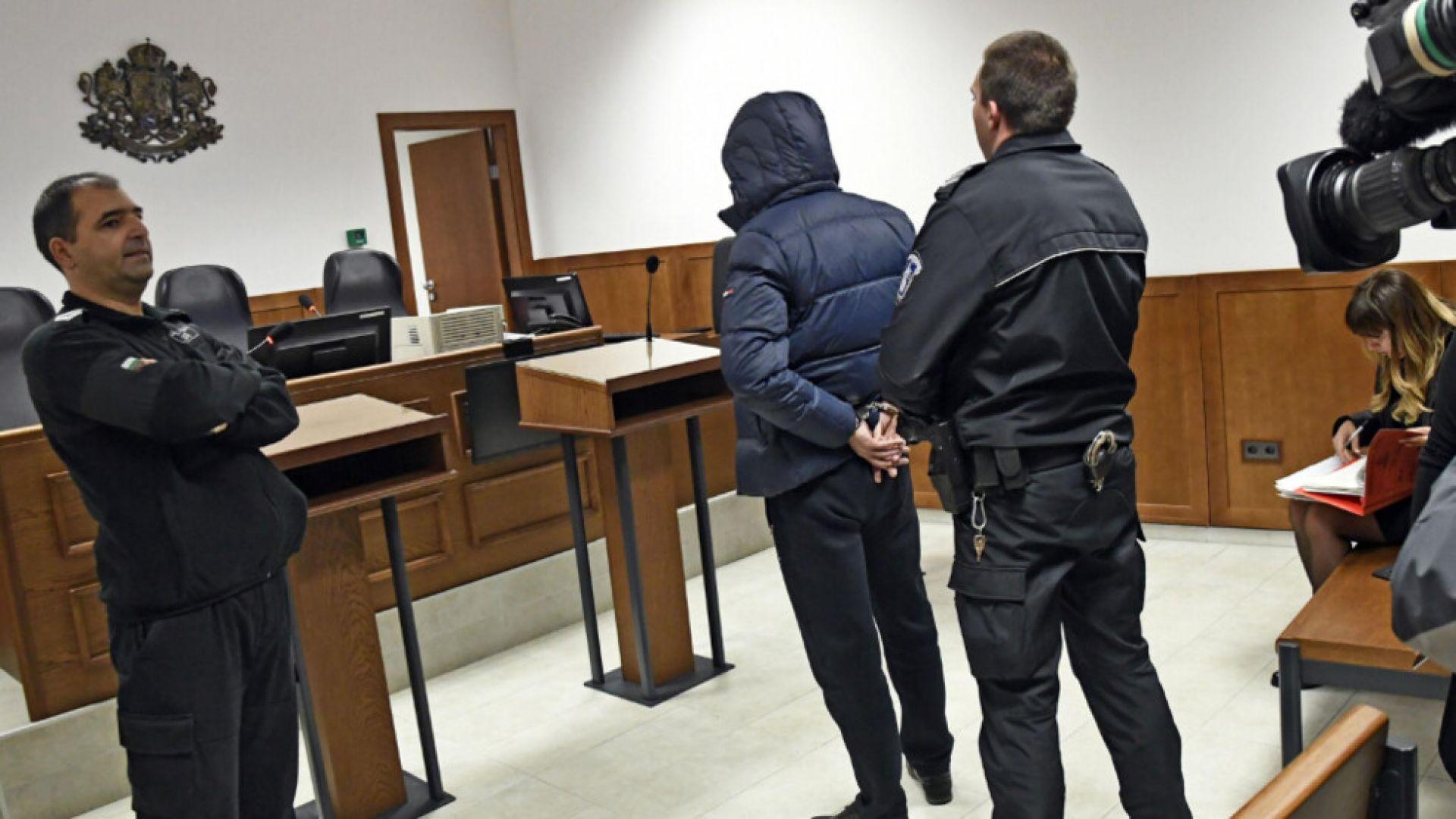 Крадецът, задигнал 140 хил. лева от кола, остава в ареста
