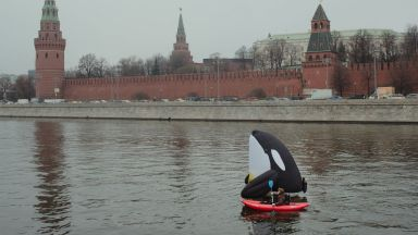 Арестуваха екоактивисти заради огромен надуваем кит в Москва река край Кремъл