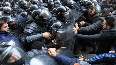 """Спецчасти """"освободиха"""" със сълзотворен газ парламента в Грузия (снимки, видео)"""