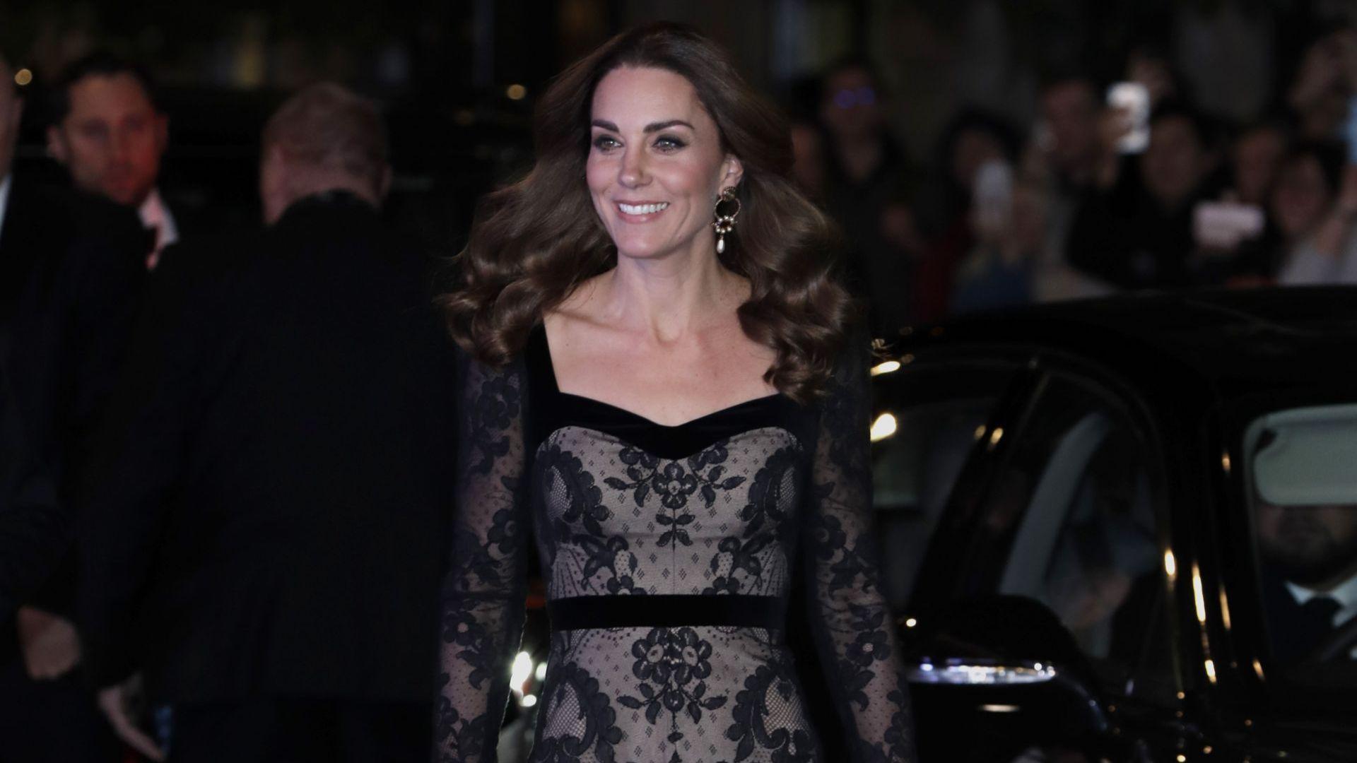 Кейт Мидълтън – очарование в дантела на благотворително шоу