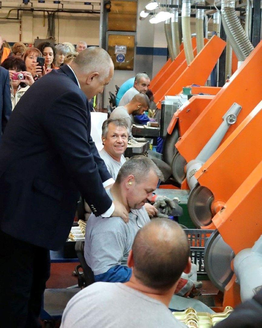 Бойко Борисов разговаря с работници в завода Видима Идеал