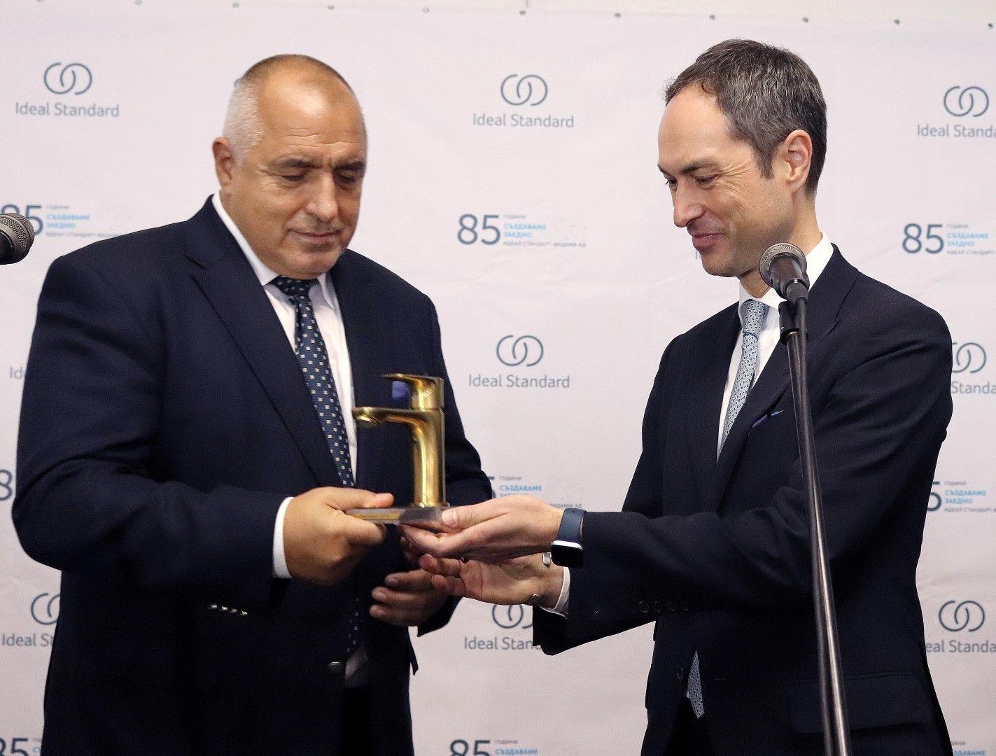 """Главният изпълнителен директор на """"Идеал Стандарт"""" Торстен Тюрлинг (дясно), подари на премиера позлатен санитарен кран"""