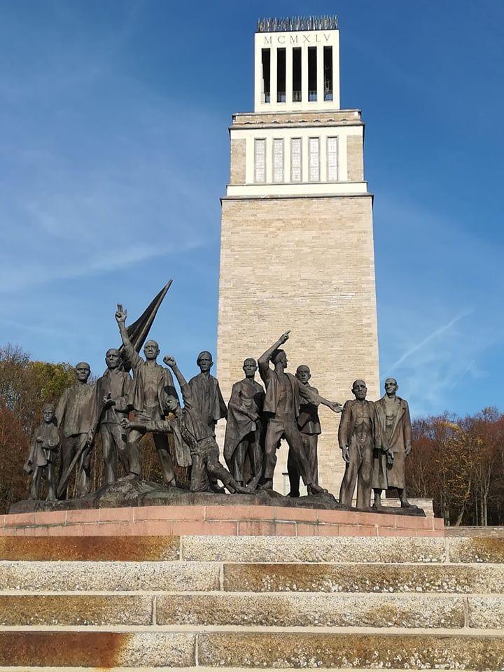 Паметникът пред монумента