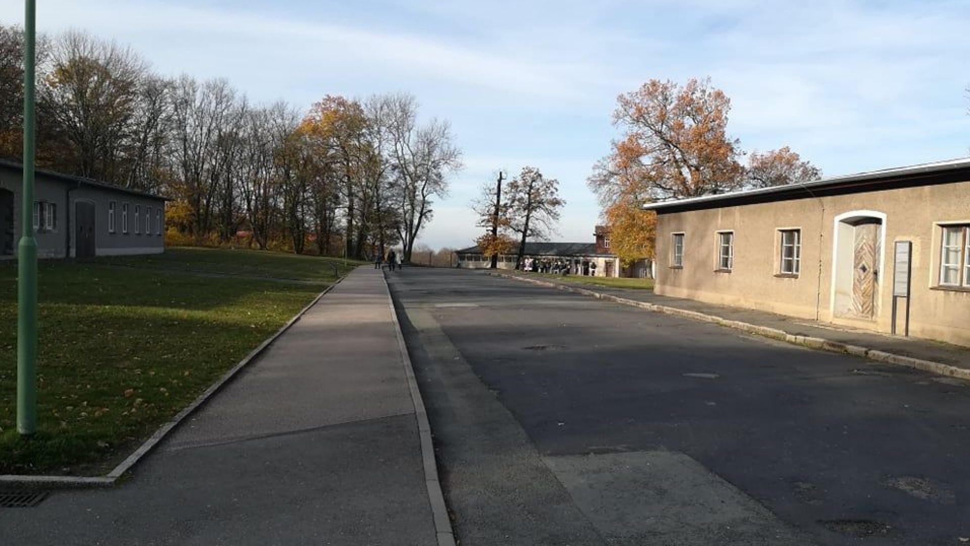 Улицата към входа на концлагера