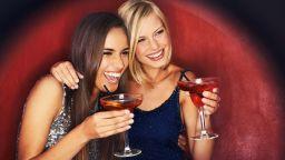 Бар в Дубай с безплатни питиета за жени: Добре е да пълнееш