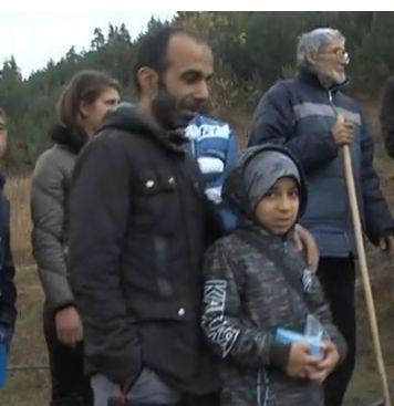 Фарис и баща му до Мустафа Шайков (вдясно, с очилата), на чието семейство помагат