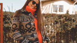 Теа Минкова красива в напреднала бременност и топли есенни цветове