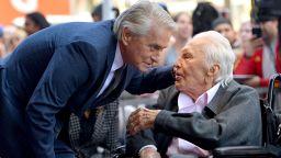 Майкъл Дъглас ще отбележи 103-ия рожден ден на баща си Кърк със скромно тържество