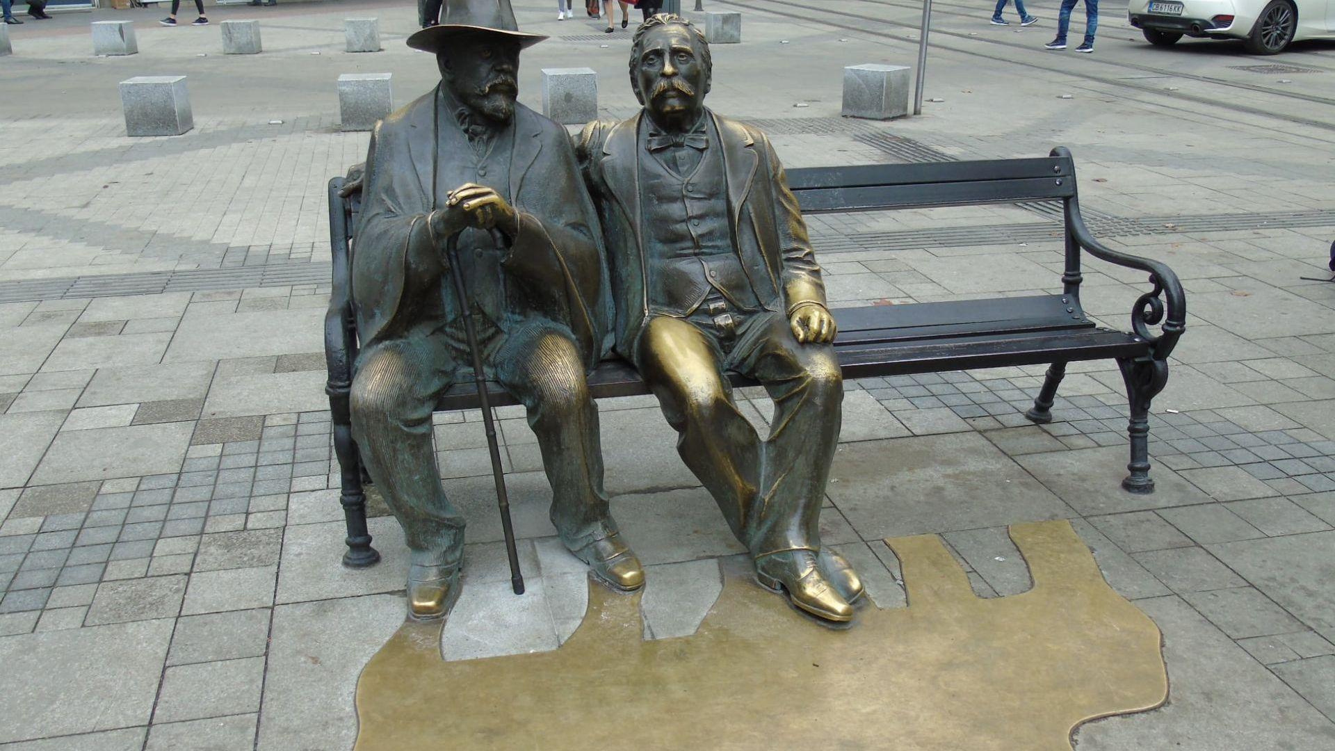 Статуята на баща и син Славейкови на едноименния столичен площад