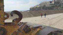 Голяма пясъчна дига на плажа в Созопол предизвика недоволство