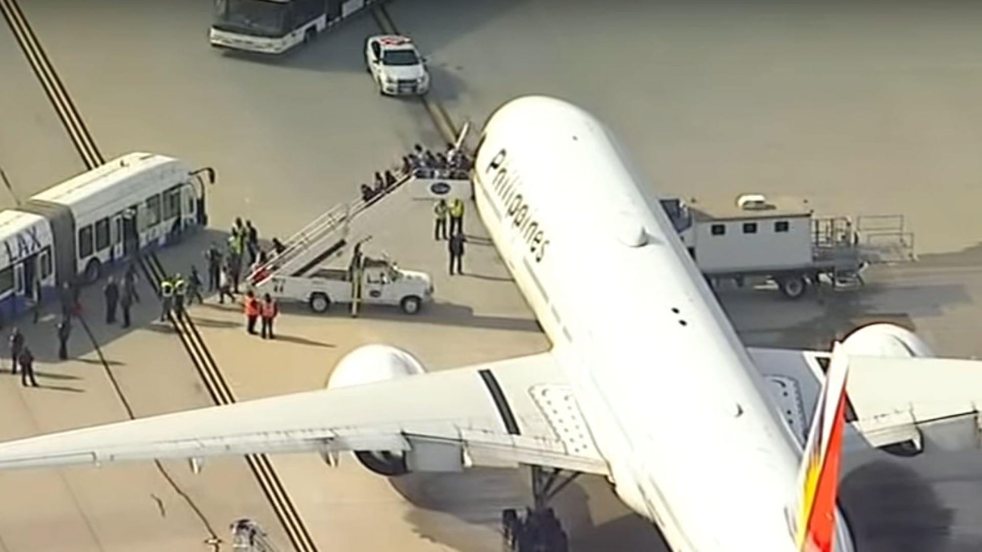 Пламна двигател на пътнически самолет в небето над Лос Анджелис (видео)