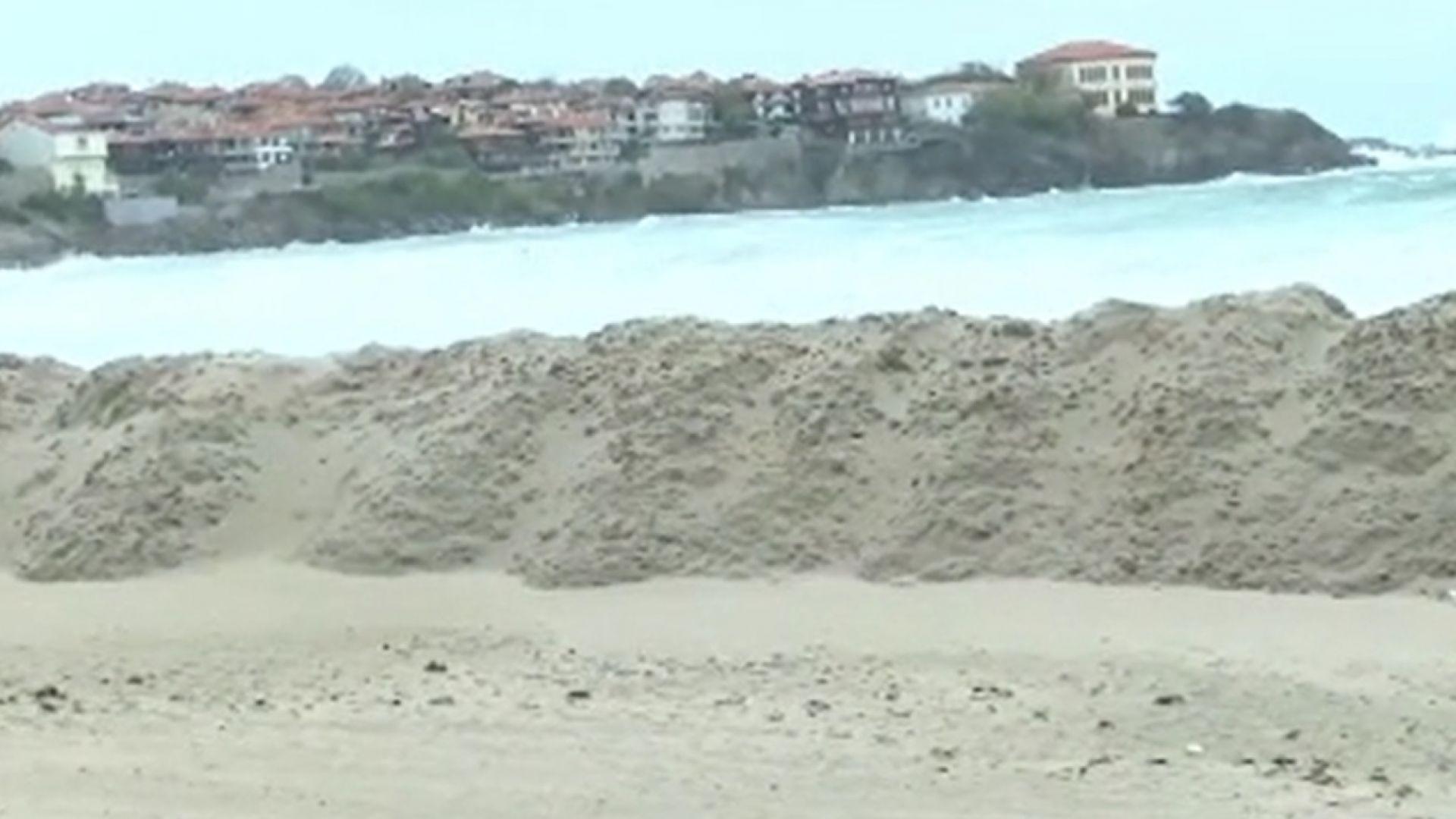 Глобяват концесионера на плажа в Созопол с 6900 лв. заради пясъчната дига