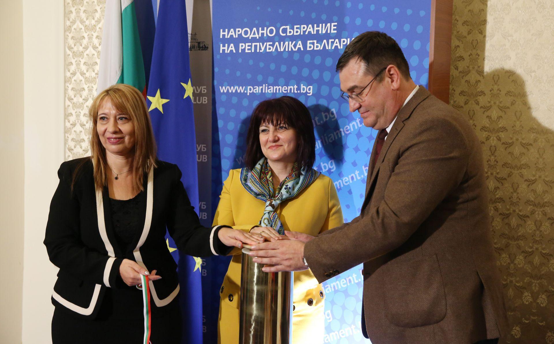 Председателят на Народното събрание Цвета Караянчева, Елеонора Лилова (вляво), председател ДАЗД, и Славчо Атанасов, председател на комисията по въпросите на децата, младежта и спорта
