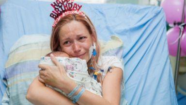 Спасена от смърт родилка прегърна близнаците си на рождения си ден (снимки)