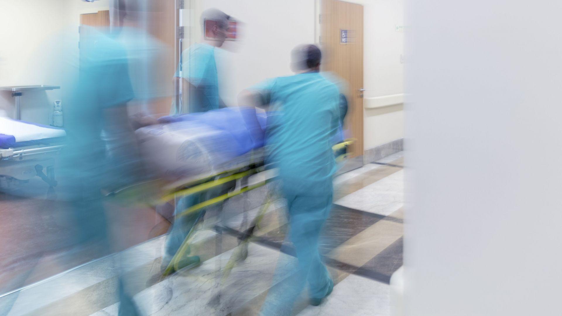 Студент скочи от петия етаж, борят се за живота му