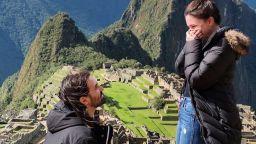 Барабанистът на Slipknot предложи брак на приятелката си на Мачу Пикчу