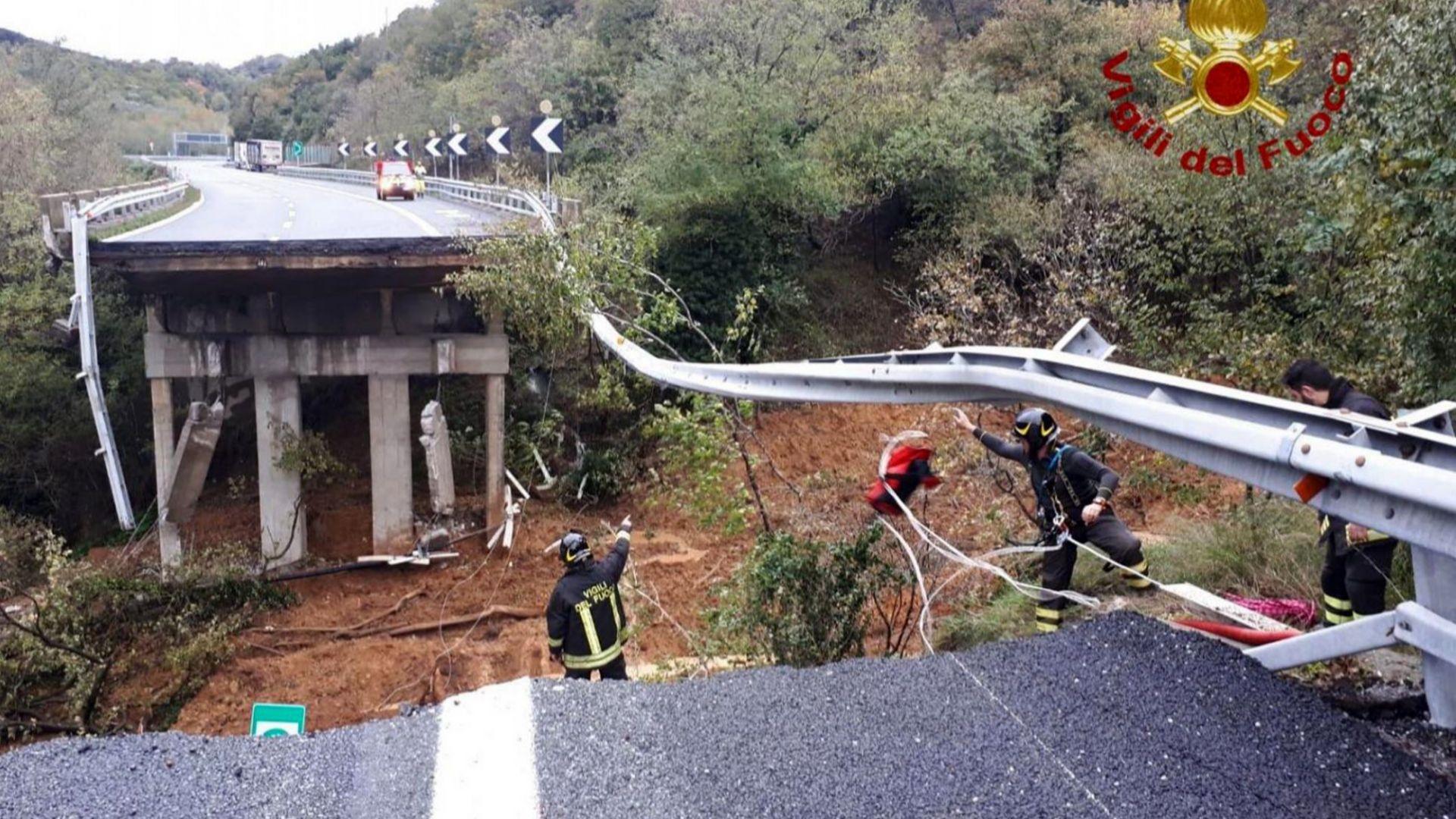 Проливните дъждове в Италия активираха свлачище, рухна част от магистрала