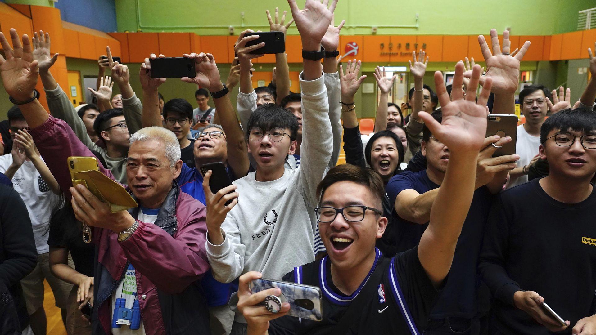 Съкрушителна победа за опозицията в Хонконг