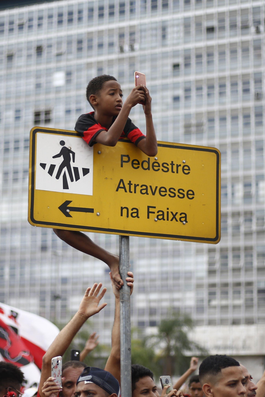 Стотици хиляди излязоха по улиците за посрещането на Фламенго