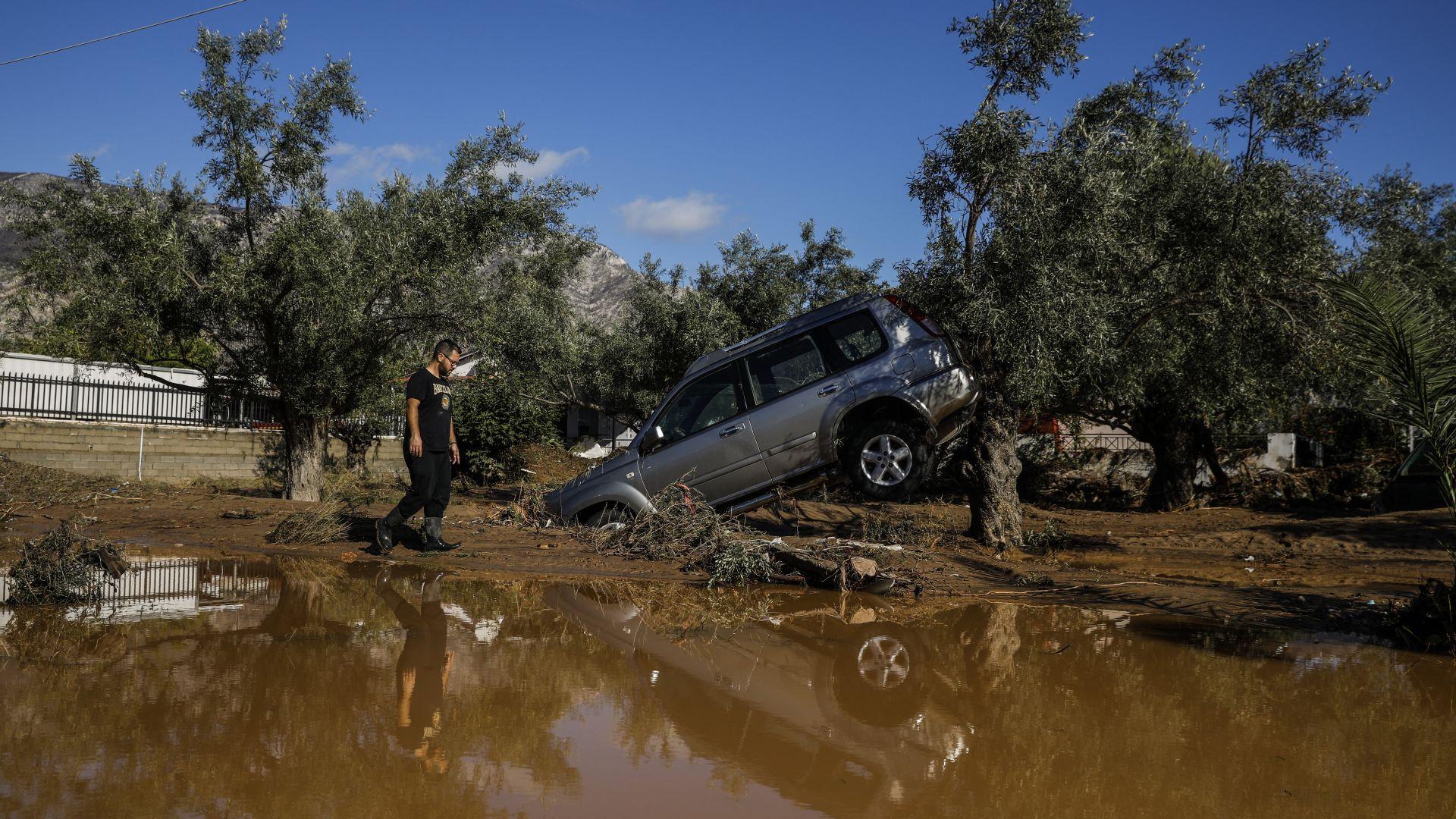 Жертви и разрушения при мощна буря в Гърция (снимки)