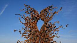 Човешки скулптури в естествен размер, направени от изхвърлени машинни части