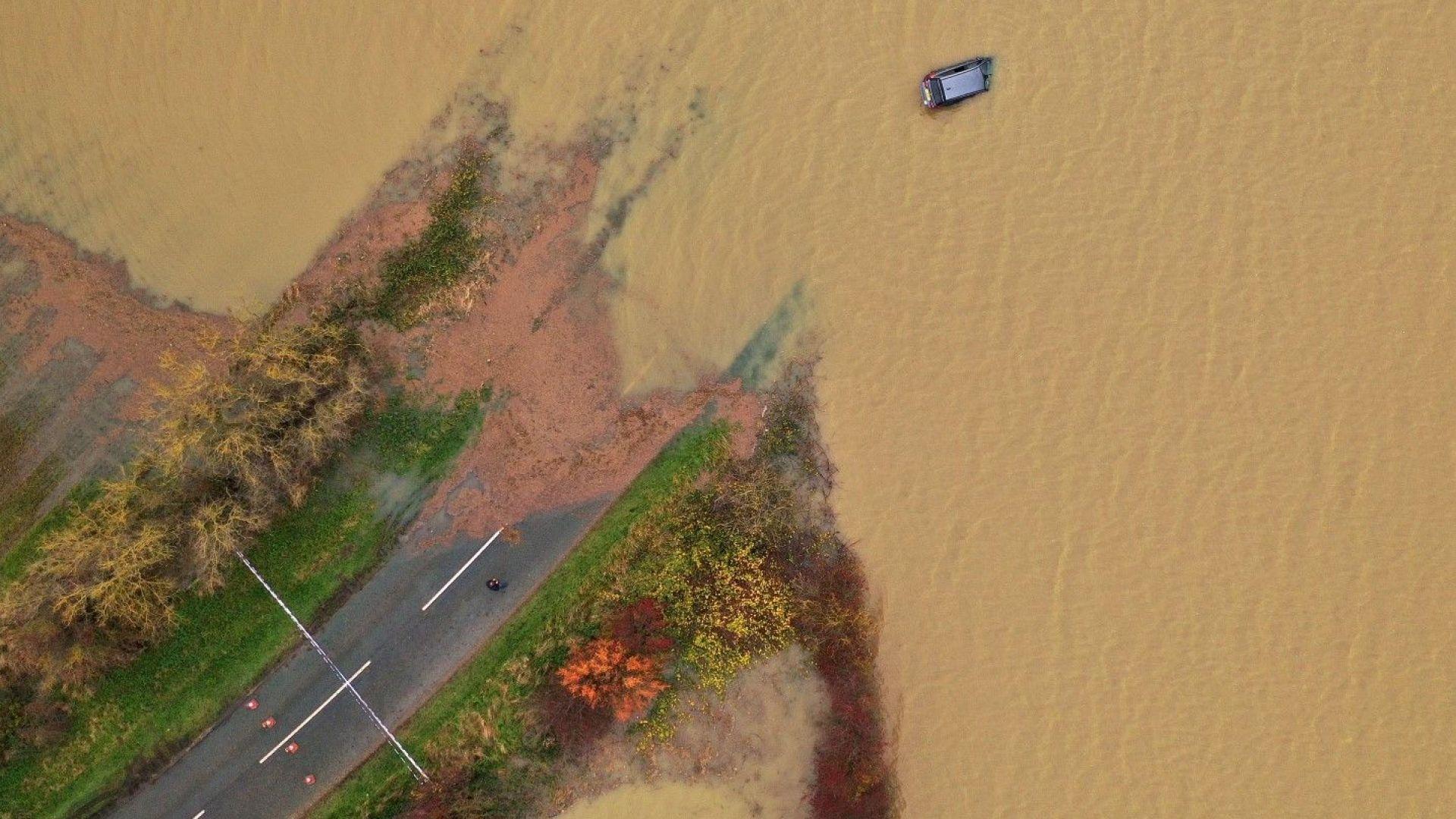 Голямо наводнение и хиляди евакуирани заради скъсана язовирна стена в САЩ (видео)