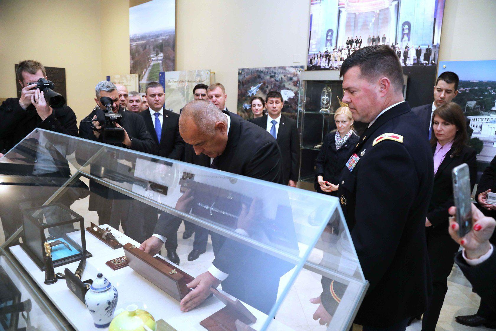 Българският премиер подари на музея към парка кортик