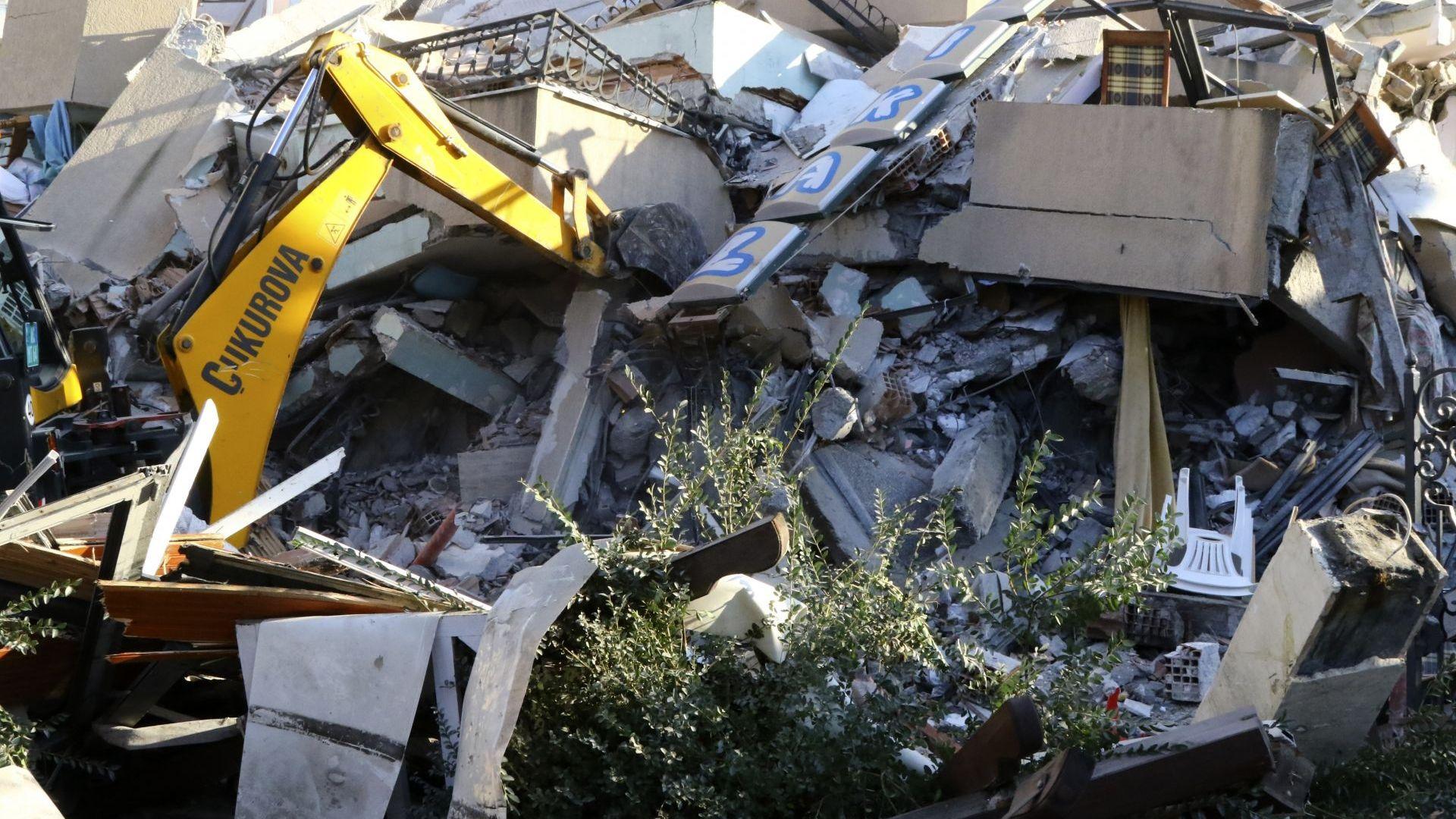 Много срутени сгради и загинали след силния трус в Албания (снимки)