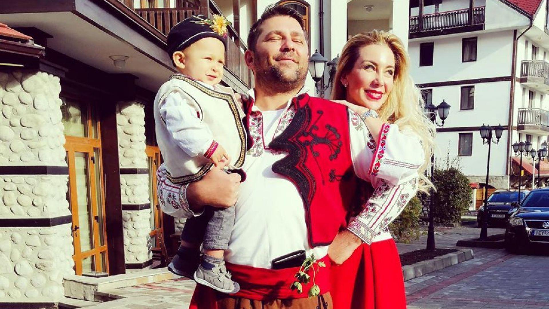 Антония Петрова с прощъпулник в народни носии на 10-месечния Благовест