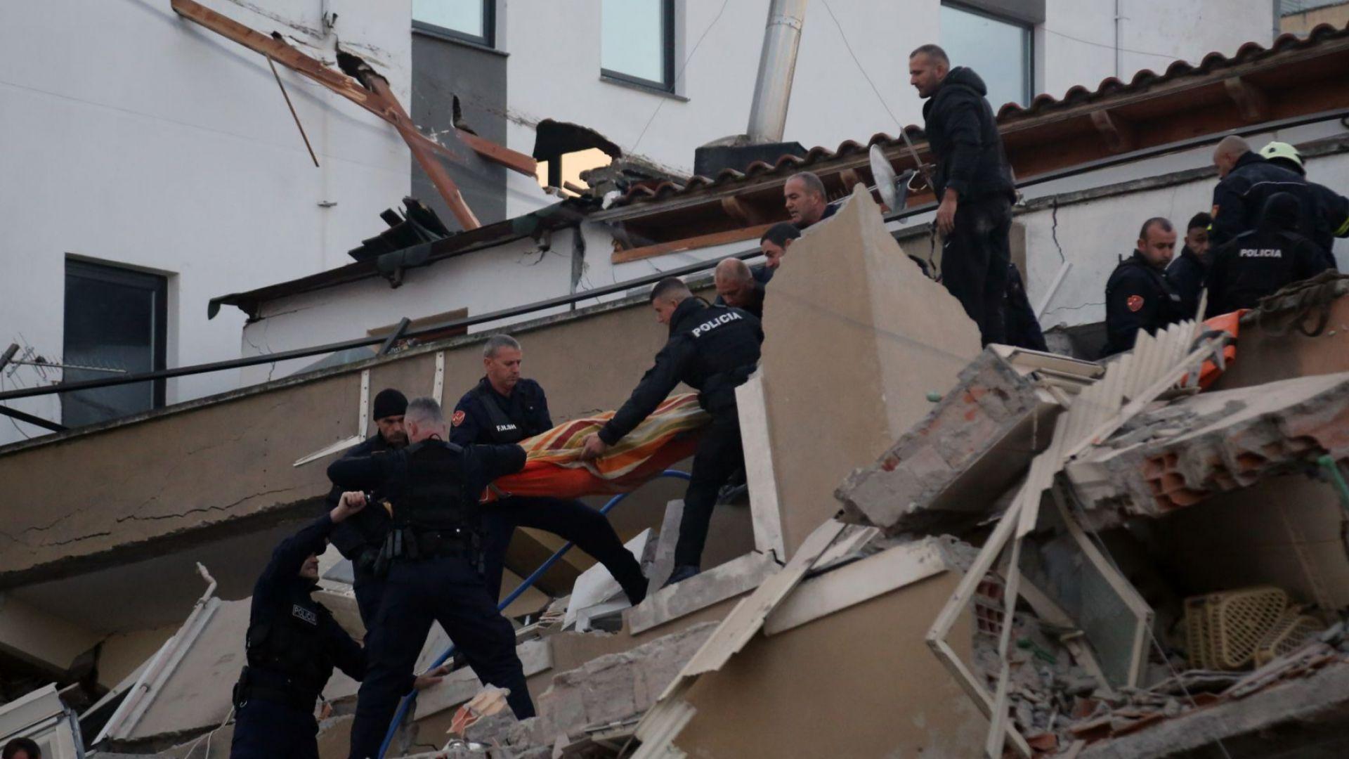 Извадиха живо дете под срутила се сграда в Албания