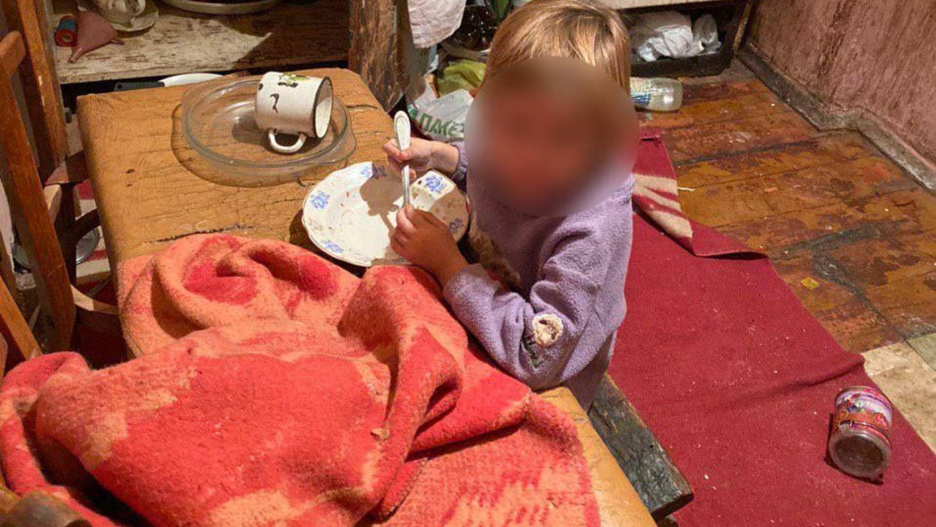 Къща на ужасите в Украйна: Деца ядат хартия и стиропор, за да оцелеят (снимки)