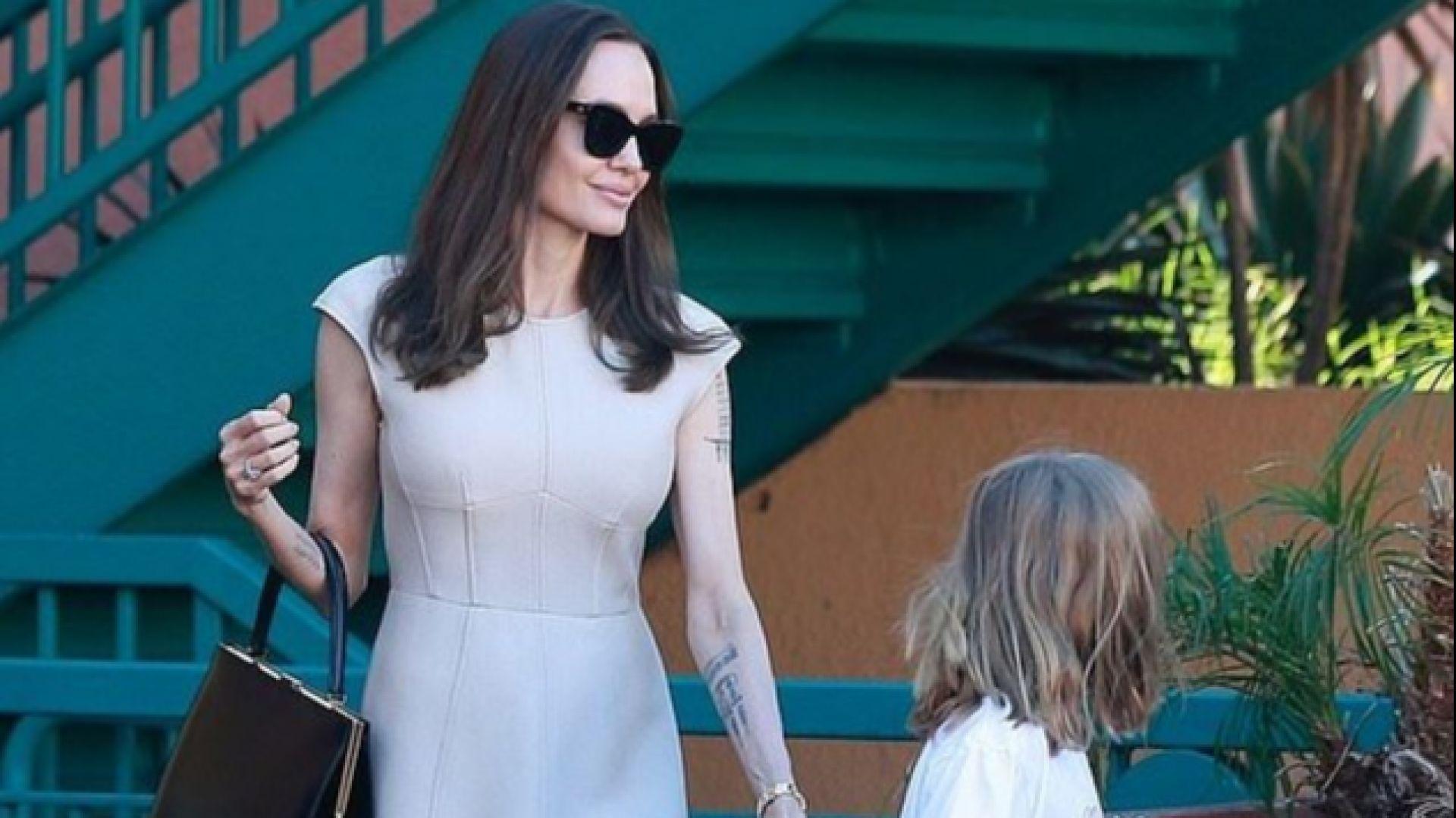 Анджелина стилна на коледен пазар с най-малката си дъщеря