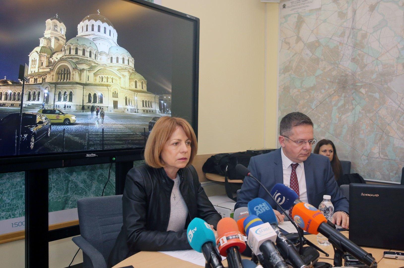 Йорданка Фандъкова и заместник-кметът по финансите Дончо Барбалов представят промените