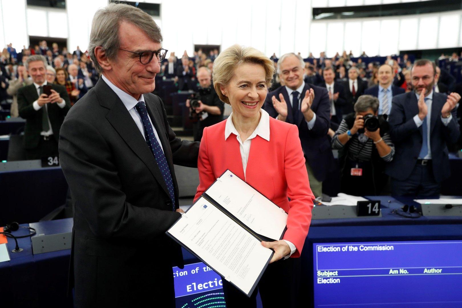 Председателят на Европейския парламент Давид Сасоли връчва документа за избор на новата Европейска комисия на нейния председател Урсула фон дер Лайен
