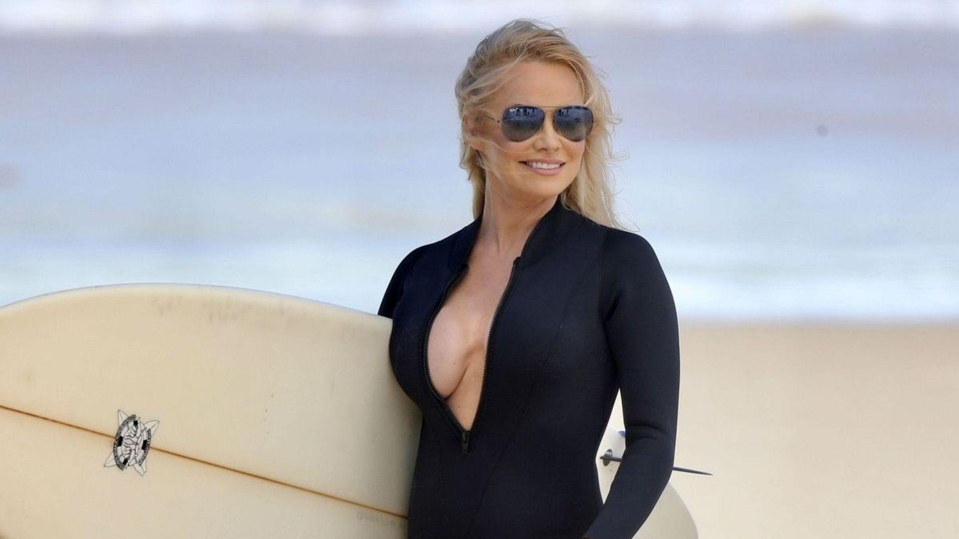 На 52 Памела Андерсън отново по бански на плажа