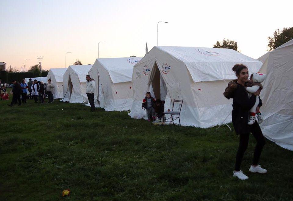 Докато спасителите се бореха с времето, за да извадят колкото се може повече живи изпод отломките, стотици албанци - травмирани от случилото се и нестихващите земни трусове - прекараха и тази нощ навън - кой в палатка, кой в кола.