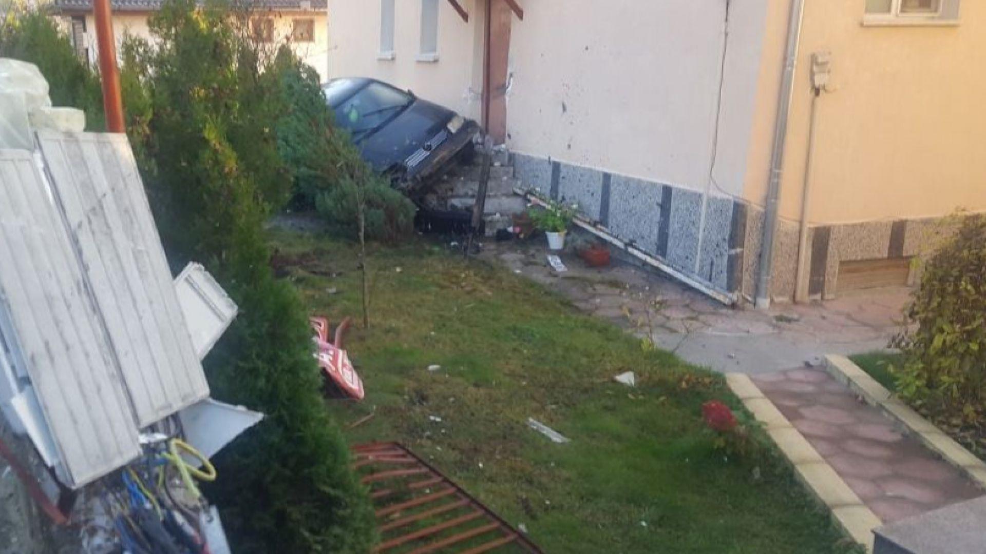 Кола излетя от пътя и се заби в къща, младежи оцеляха по чудо (видео)