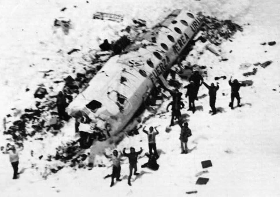 Първата снимка от спасителния хеликоптер на оцелелите край корпуса на самолета