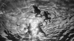 Индонезийски деца, играещи под вода