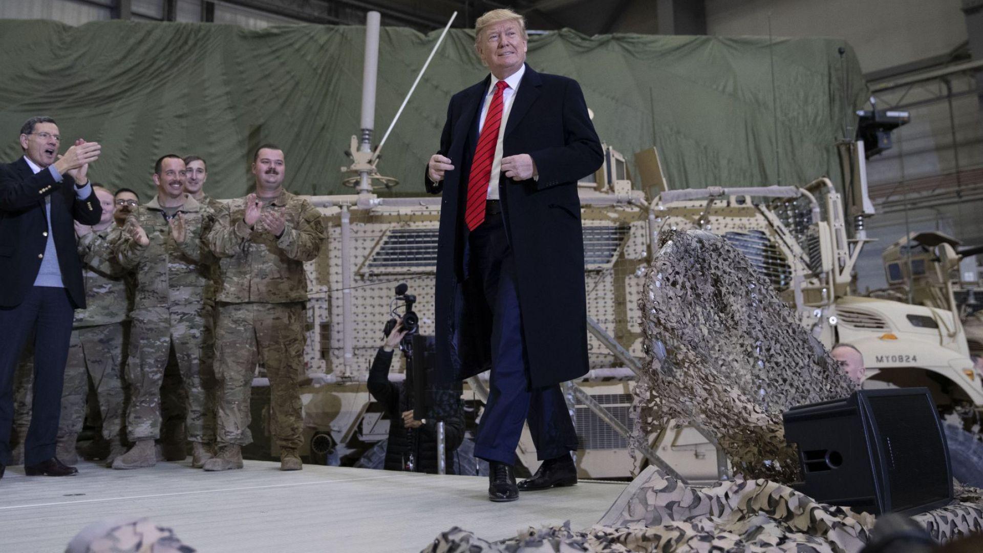 Тръмп посети изненадващо американските войници в Афганистан (снимки, видео)