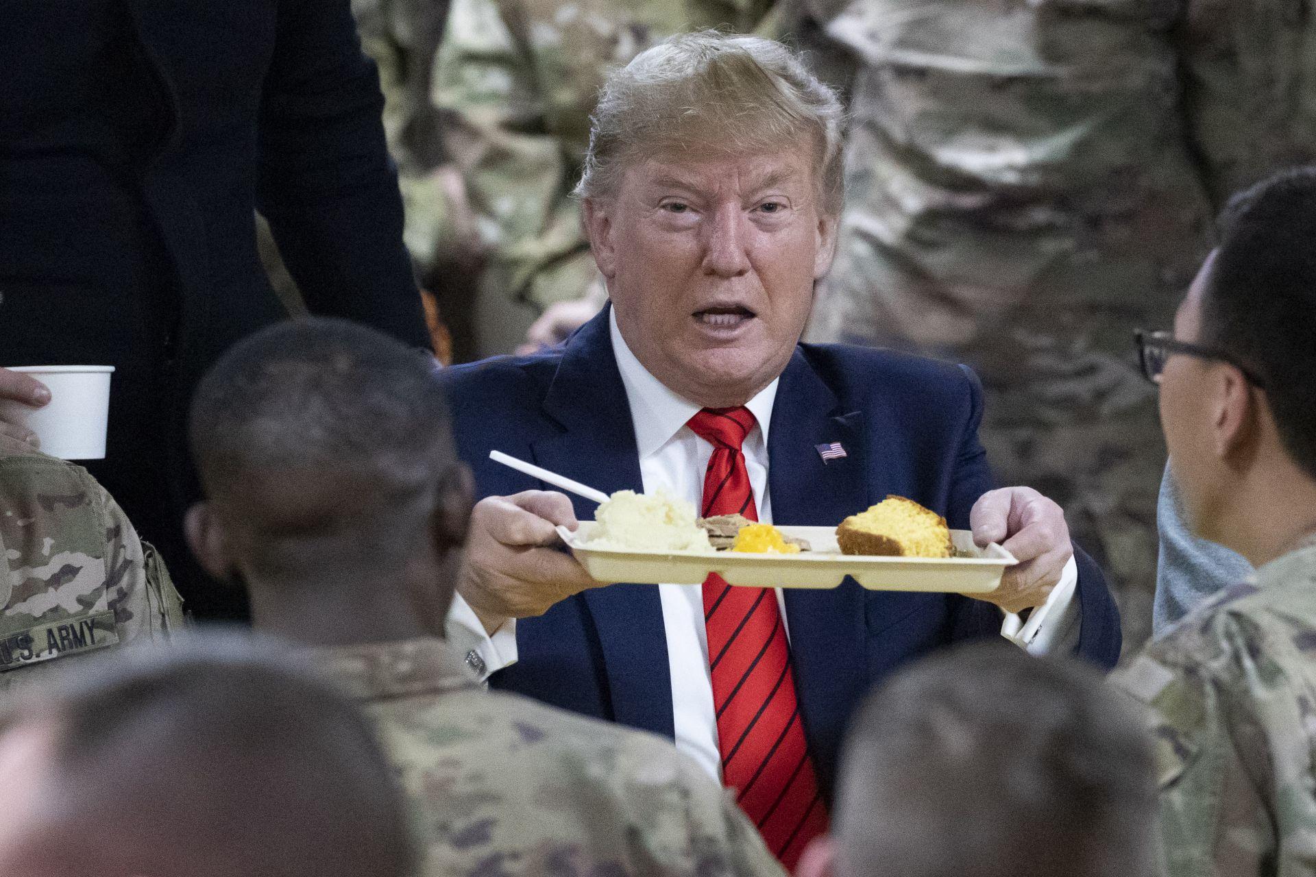 Тръмп хапна заедно с военнослужещите от поднос