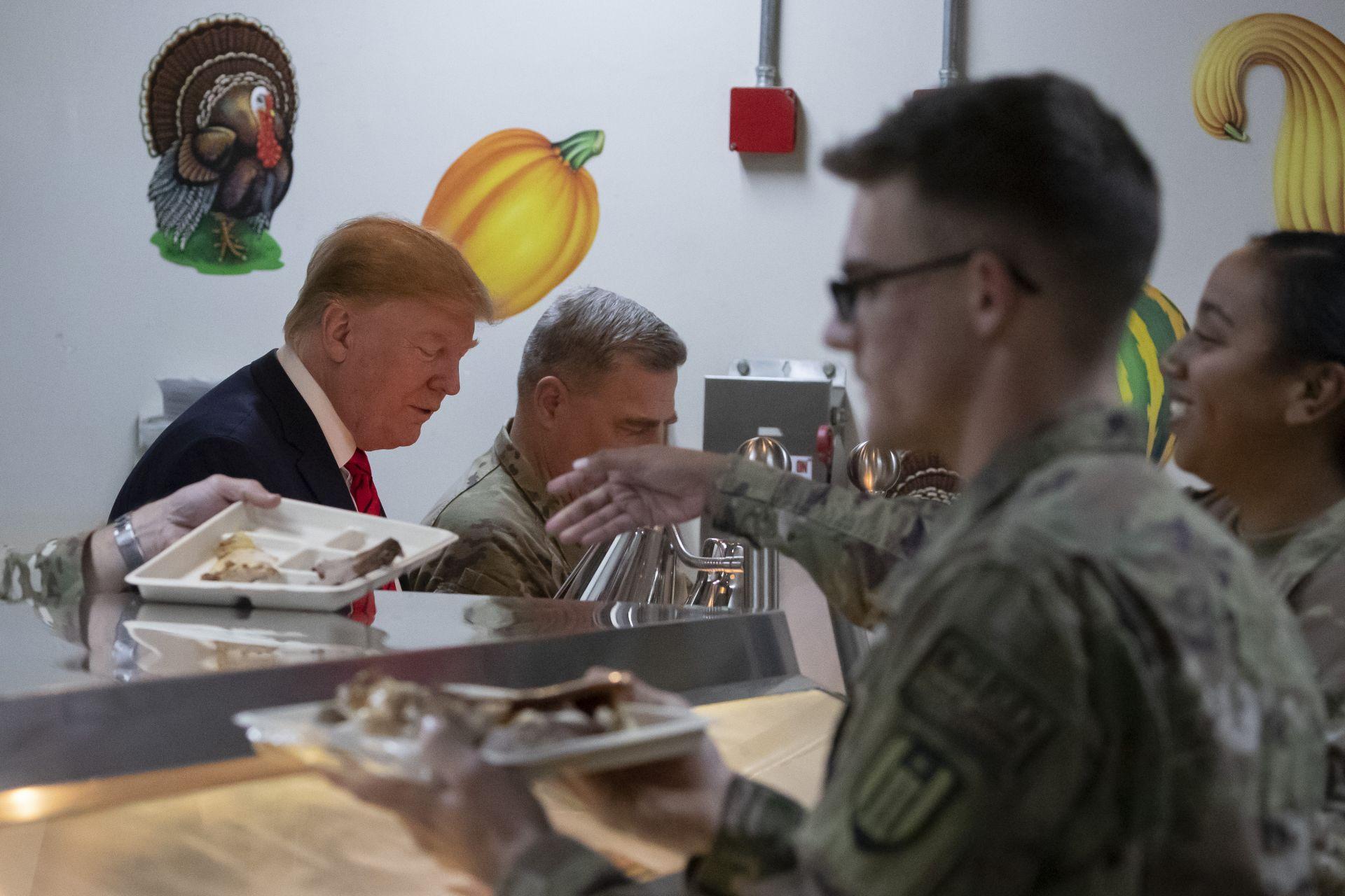 Президентът се нареди, за да си вземе от вечерята на войниците за Деня на благодарността