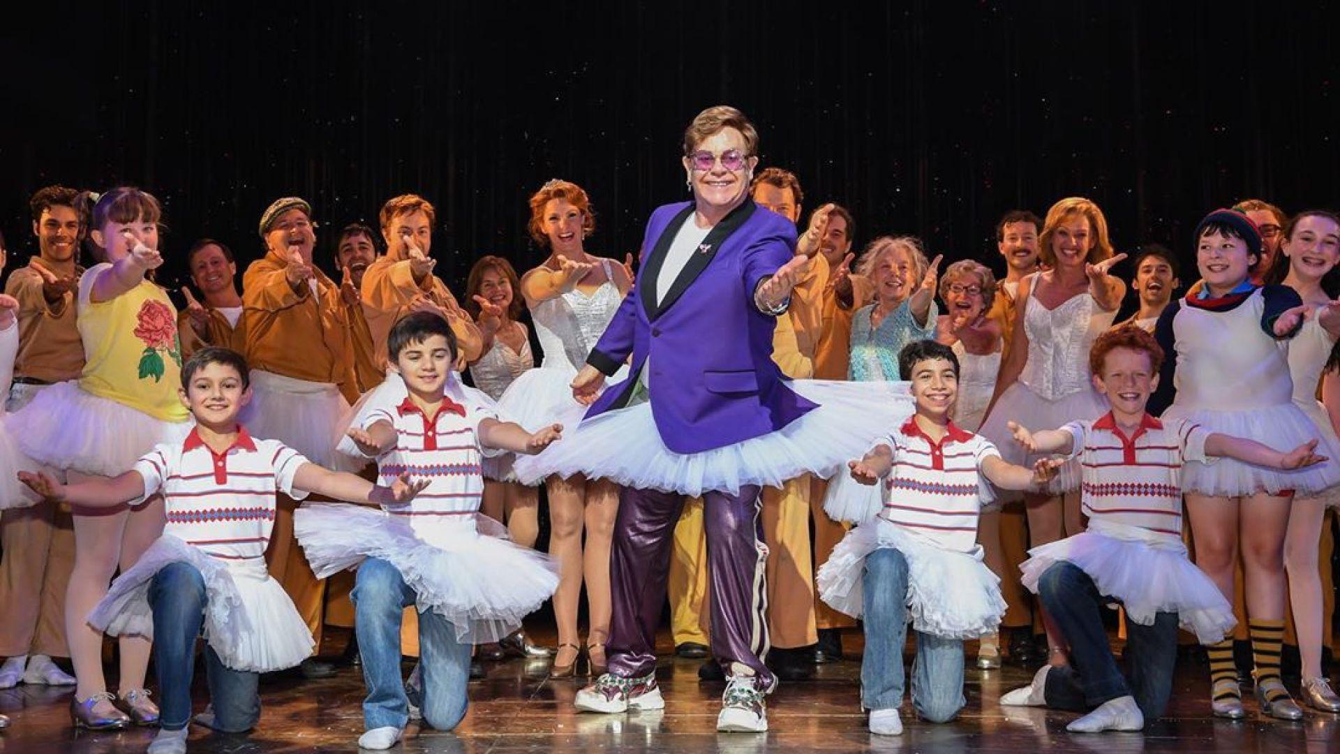 Елтън Джон се появи с пачка на сцената на австралийски театър