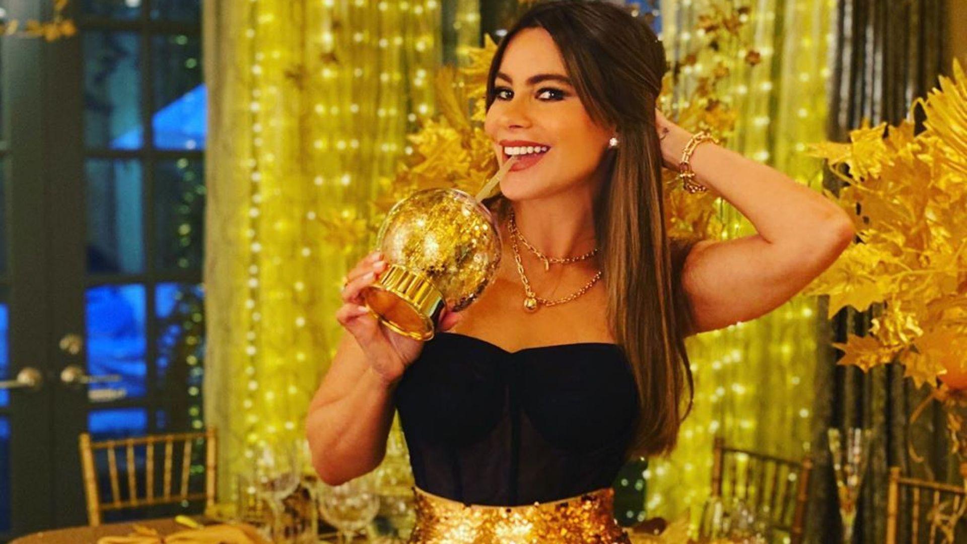 Сексапилната София Вергара блести в злато на празнична вечеря