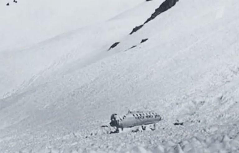 Снимка, направена на 23 декември, след спасяването на оцелелите. Самолетът престоява в снега 72 дни и е убежището на ръгбистите