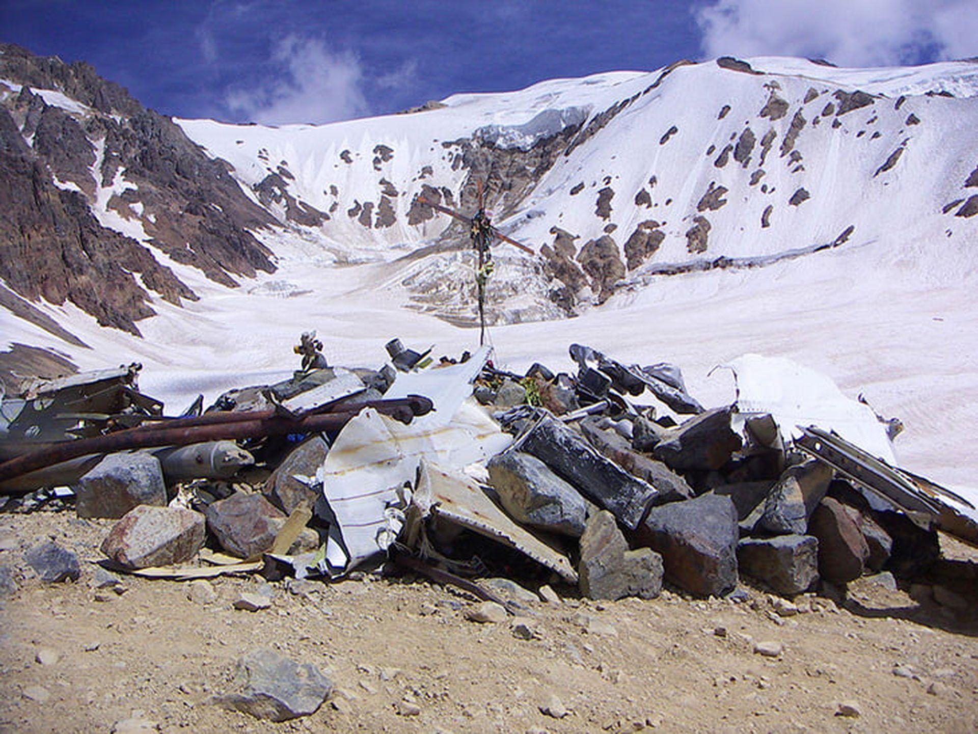 Мястото, където са погребани загиналите - в долината, където останалите успяват да оцелеят цели 72 дни