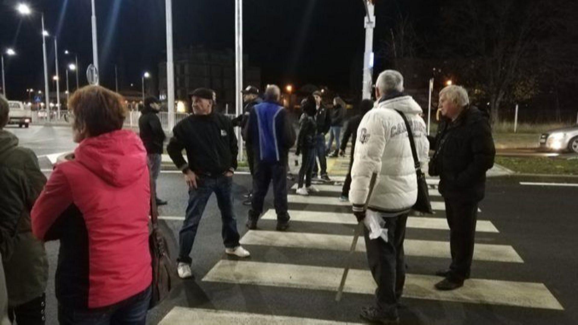 Перничани на бунт заради водния режим: блокираха новото кръгово кръстовище