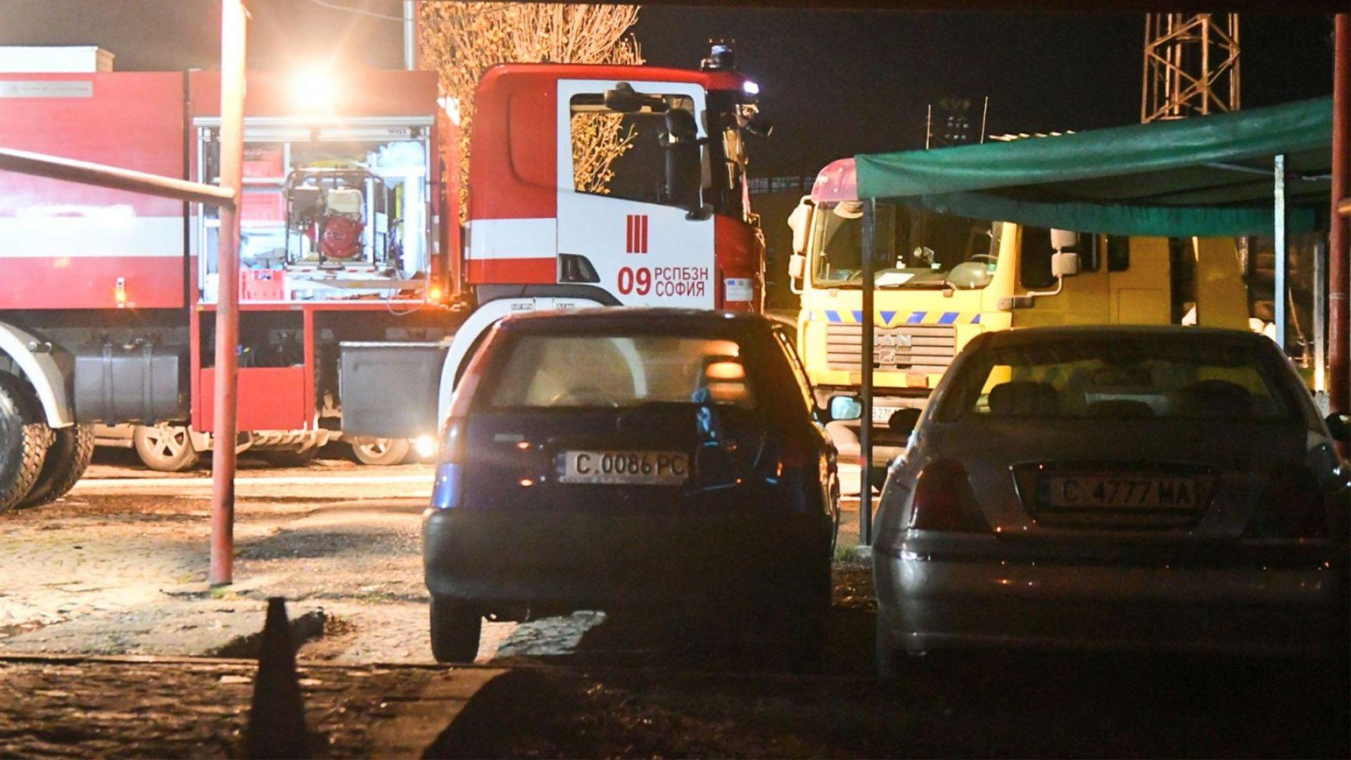 "Пожар унищожи автосервиз в столичния квартал ""Захарна фабрика"" (снимки)"