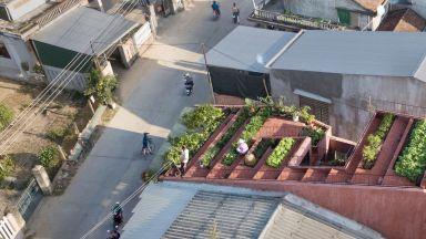 Във Виетнам построиха червена къща със зеленчукова градина на покрива