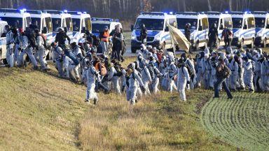 Хиляди активисти щурмуваха въглищни мини в Германия (снимки и видео)